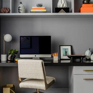 Foto di un ufficio design di medie dimensioni con pareti grigie, parquet scuro, scrivania incassata e pavimento grigio