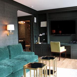 ニューヨークの中くらいのトランジショナルスタイルのおしゃれな書斎 (淡色無垢フローリング、造り付け机、グレーの壁) の写真