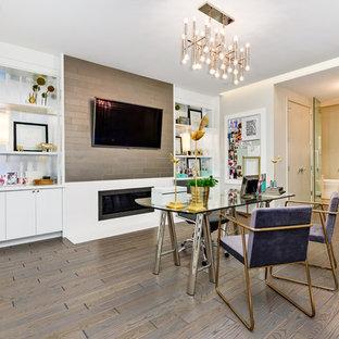Foto di un ufficio minimal con pareti bianche, camino lineare Ribbon, cornice del camino in metallo, scrivania autoportante e pavimento marrone