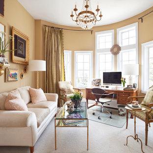 デンバーのトラディショナルスタイルのおしゃれなホームオフィス・書斎 (黄色い壁、カーペット敷き、自立型机) の写真
