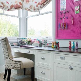 Foto de sala de manualidades clásica renovada con paredes grises, escritorio empotrado y suelo beige