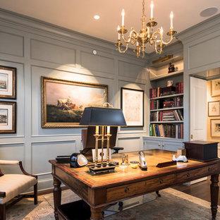 シンシナティの中サイズのトラディショナルスタイルのおしゃれな書斎 (グレーの壁、濃色無垢フローリング、暖炉なし、自立型机、茶色い床) の写真