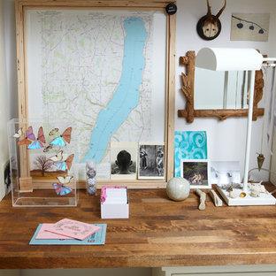 ニューヨークの中サイズのビーチスタイルのおしゃれな書斎 (白い壁、塗装フローリング、造り付け机、白い床) の写真