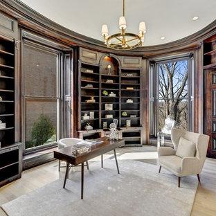 ワシントンD.C.のトラディショナルスタイルのおしゃれなホームオフィス・仕事部屋 (茶色い壁、淡色無垢フローリング、自立型机、ベージュの床) の写真