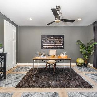 フェニックスの広いトランジショナルスタイルのおしゃれなホームオフィス・書斎 (グレーの壁、大理石の床、暖炉なし、自立型机) の写真