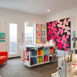 Bild på ett mellanstort funkis hobbyrum, med vita väggar, heltäckningsmatta och grått golv
