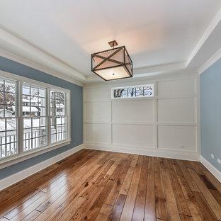 シカゴの中くらいのトランジショナルスタイルのおしゃれな書斎 (グレーの壁、ラミネートの床、暖炉なし、茶色い床) の写真
