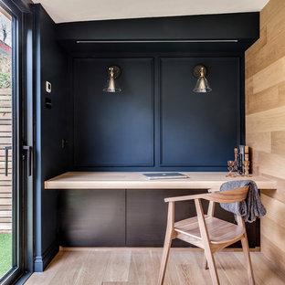 Idee per uno studio scandinavo con pareti nere, parquet chiaro e pavimento beige