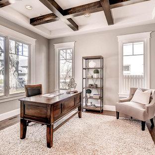 Foto de despacho clásico renovado, de tamaño medio, sin chimenea, con paredes grises, suelo de madera oscura y escritorio independiente