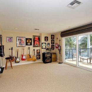 マイアミの中くらいのトロピカルスタイルのおしゃれなアトリエ・スタジオ (ベージュの壁、カーペット敷き、暖炉なし、ベージュの床) の写真