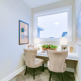 Foto di un piccolo ufficio chic con pareti beige, pavimento in gres porcellanato, nessun camino, scrivania incassata e pavimento grigio