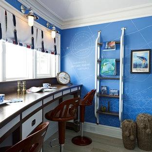 Inredning av ett maritimt arbetsrum, med blå väggar och ett inbyggt skrivbord