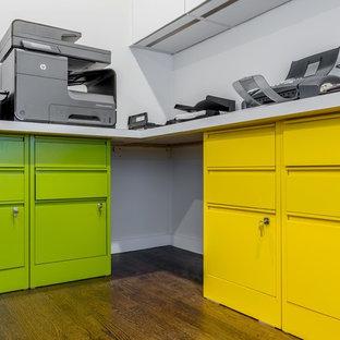 Idee per un ufficio minimalista di medie dimensioni con pareti grigie, pavimento in legno massello medio, nessun camino, scrivania incassata e pavimento marrone