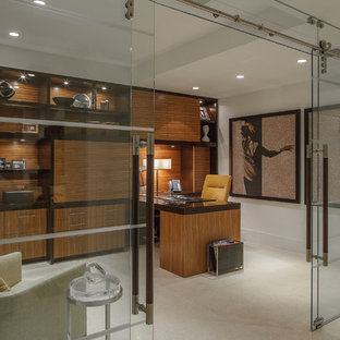 Ejemplo de despacho contemporáneo, grande, sin chimenea, con paredes blancas, suelo de piedra caliza y escritorio empotrado
