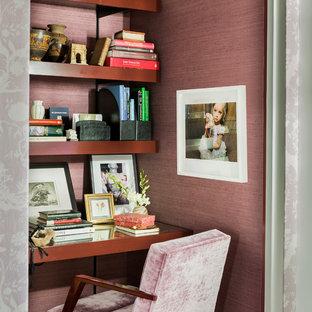 Esempio di uno studio chic di medie dimensioni con pareti rosa e scrivania incassata