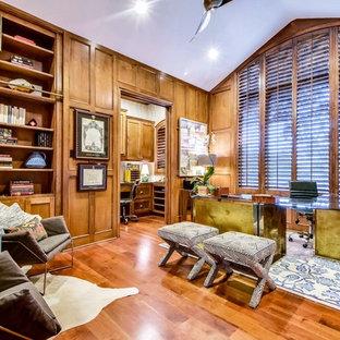 オースティンのトランジショナルスタイルのおしゃれな書斎 (無垢フローリング、暖炉なし、自立型机、オレンジの床) の写真