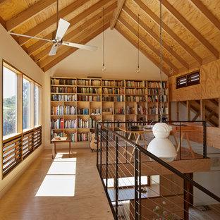 Idee per uno studio country con pareti beige, pavimento in compensato e scrivania autoportante