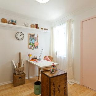 パースの小さいエクレクティックスタイルのおしゃれなクラフトルーム (白い壁、淡色無垢フローリング、自立型机) の写真