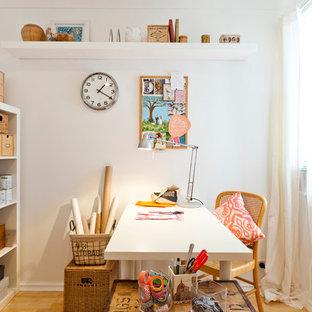 Ispirazione per una stanza da lavoro boho chic di medie dimensioni con pareti bianche, parquet chiaro e scrivania autoportante