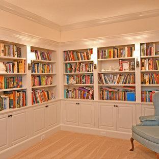 クリーブランドの中サイズのトラディショナルスタイルのおしゃれなホームオフィス・書斎 (ライブラリー、ベージュの壁、カーペット敷き、ベージュの床) の写真