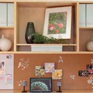 Inspiration pour un bureau traditionnel de taille moyenne et de type studio avec un mur vert, moquette, aucune cheminée, un bureau indépendant et un sol vert.
