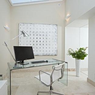 Kleines Modernes Arbeitszimmer ohne Kamin mit Marmorboden, freistehendem Schreibtisch, Arbeitsplatz und beiger Wandfarbe in Sonstige