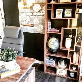 バンクーバーの小さいモダンスタイルのおしゃれな書斎 (白い壁、ラミネートの床、自立型机) の写真