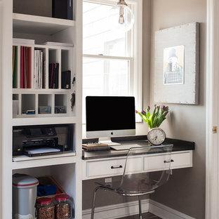 ニューヨークの中サイズのトランジショナルスタイルのおしゃれなホームオフィス・仕事部屋 (グレーの壁、セラミックタイルの床、造り付け机) の写真