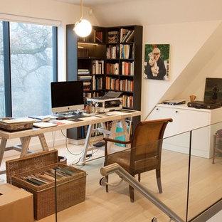 Ispirazione per un piccolo ufficio boho chic con pareti beige, parquet chiaro e scrivania autoportante