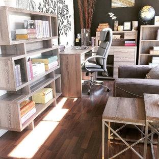 バンクーバーの中サイズのラスティックスタイルのおしゃれな書斎 (白い壁、ラミネートの床、茶色い床) の写真