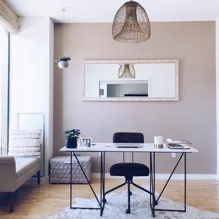 ボストンのビーチスタイルのおしゃれなホームオフィス・仕事部屋 (ピンクの壁、淡色無垢フローリング、自立型机、茶色い床) の写真