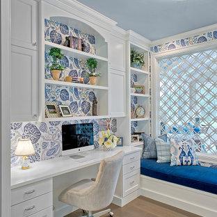 グランドラピッズのカントリー風おしゃれなホームオフィス・書斎 (マルチカラーの壁、無垢フローリング、茶色い床、造り付け机) の写真