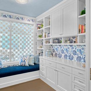 グランドラピッズのカントリー風おしゃれなホームオフィス・書斎 (マルチカラーの壁、無垢フローリング、造り付け机、茶色い床) の写真