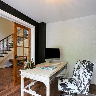 Ispirazione per un ufficio country di medie dimensioni con pareti nere, parquet scuro, nessun camino, scrivania autoportante e pavimento blu