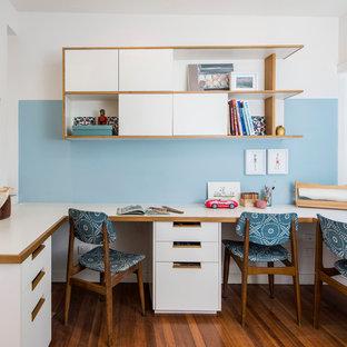 Новые идеи обустройства дома: кабинет в современном стиле с синими стенами и встроенным рабочим столом