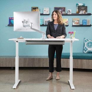 Ispirazione per un ampio studio moderno con scrivania autoportante