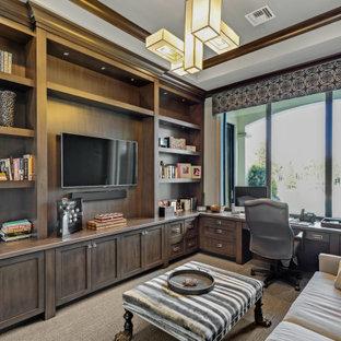 Mediterranes Arbeitszimmer mit weißer Wandfarbe, Teppichboden, Einbau-Schreibtisch und grauem Boden in Miami