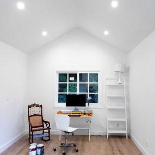 ロサンゼルスのおしゃれなホームオフィス・書斎 (白い壁、ラミネートの床、暖炉なし、自立型机、ベージュの床) の写真