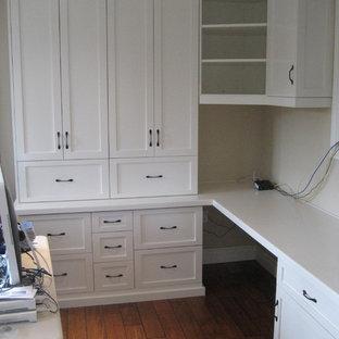 Diseño de despacho tradicional renovado, de tamaño medio, con paredes beige, suelo de madera en tonos medios y escritorio empotrado