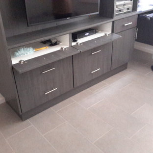 Ispirazione per un piccolo ufficio contemporaneo con pareti bianche, pavimento in gres porcellanato, scrivania incassata e pavimento grigio
