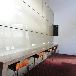 Пример оригинального дизайна: большое рабочее место в стиле модернизм с бежевыми стенами, ковровым покрытием, розовым полом и встроенным рабочим столом