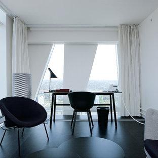 Idee per uno studio minimalista di medie dimensioni con pareti bianche, pavimento in legno verniciato, nessun camino e scrivania autoportante