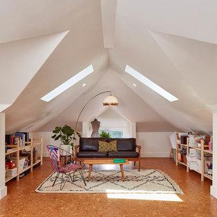 На фото: кабинет в стиле фьюжн с белыми стенами, пробковым полом, отдельно стоящим рабочим столом и коричневым полом с