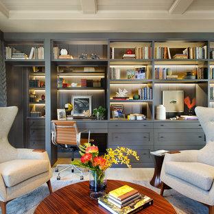 サンディエゴの広いトランジショナルスタイルのおしゃれな書斎 (淡色無垢フローリング、造り付け机、暖炉なし、ベージュの床) の写真
