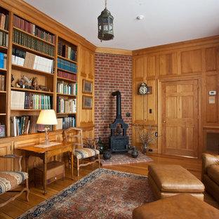 Immagine di uno studio chic con pavimento in legno massello medio e stufa a legna