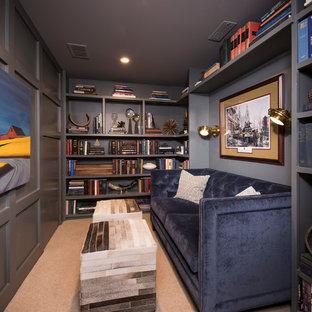 シカゴのトランジショナルスタイルのおしゃれなホームオフィス・書斎 (ライブラリー、グレーの壁、カーペット敷き、ベージュの床) の写真