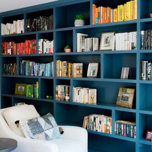 Mittelgroßes Modernes Lesezimmer mit beiger Wandfarbe, dunklem Holzboden, Kamin und Kaminumrandung aus Beton in San Francisco