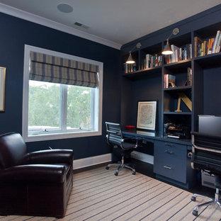 シカゴのコンテンポラリースタイルのおしゃれなホームオフィス・書斎 (造り付け机、青い壁) の写真