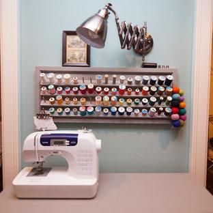 Klassisk inredning av ett mellanstort hobbyrum, med blå väggar, linoleumgolv och ett fristående skrivbord