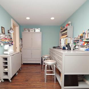 Imagen de sala de manualidades tradicional, de tamaño medio, con paredes azules, suelo de linóleo y escritorio independiente